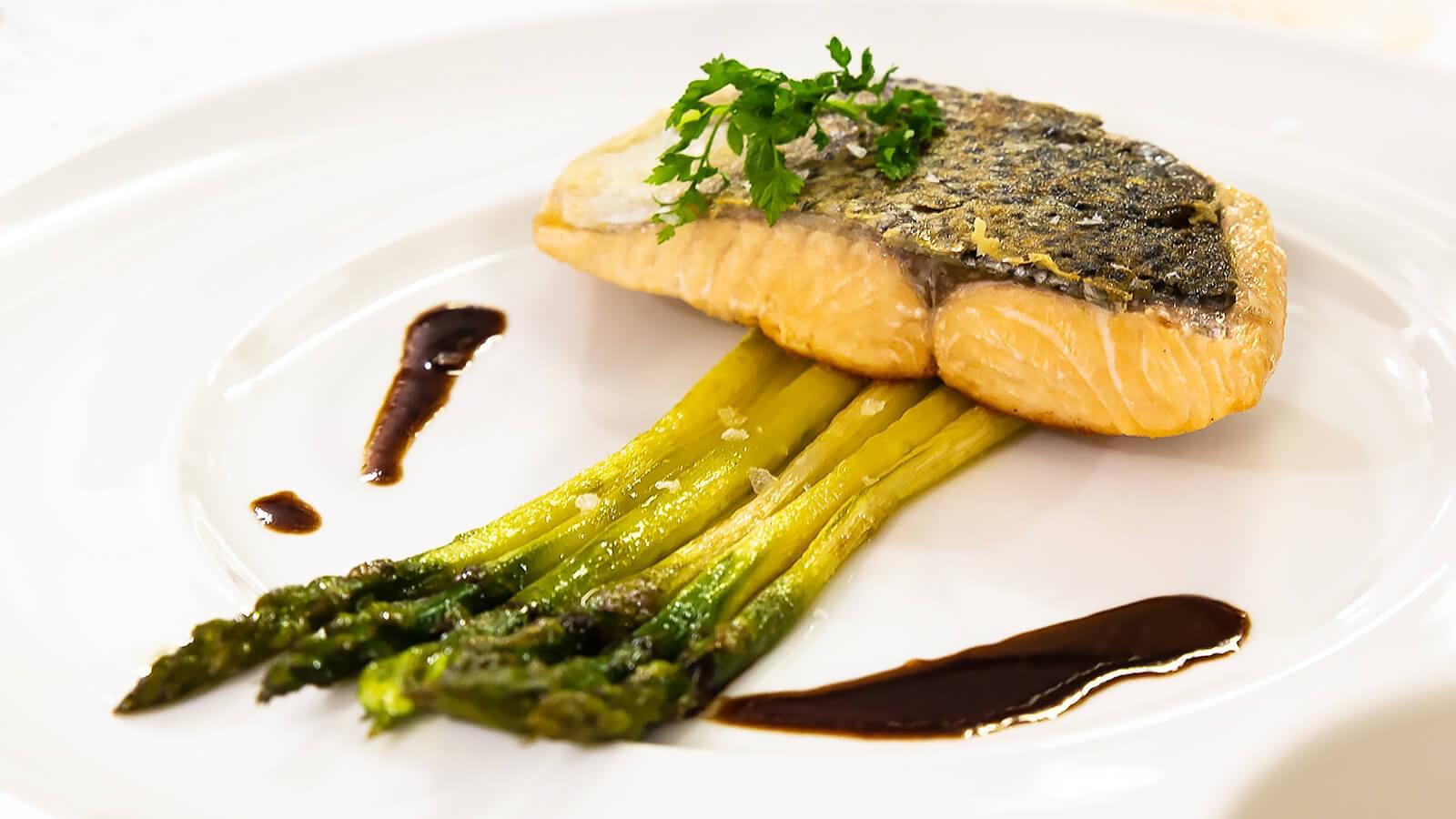 Fisch auf grünem Spargel