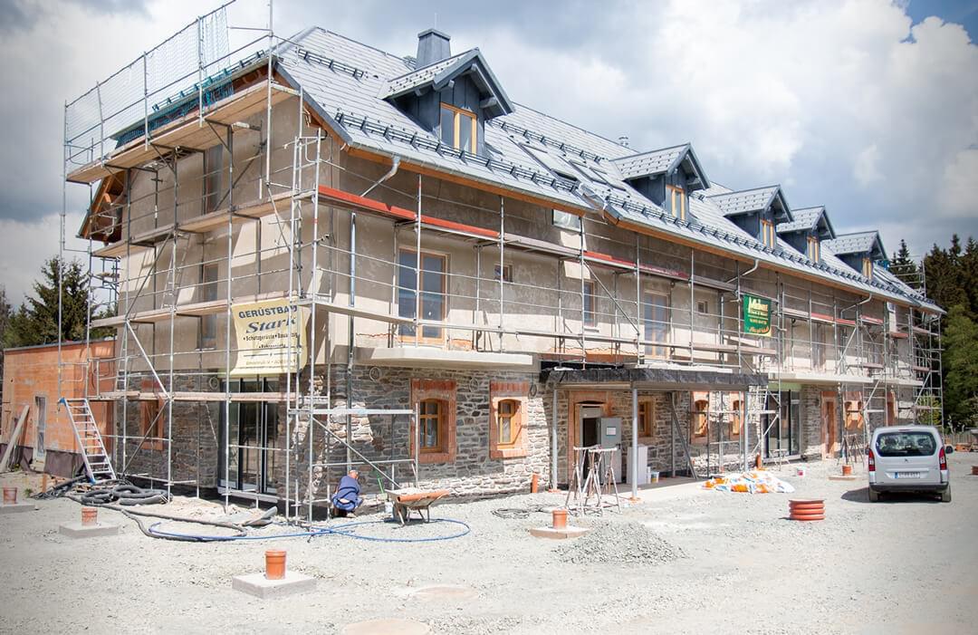 Neue Wände stehen und das Dach ist gerichtet